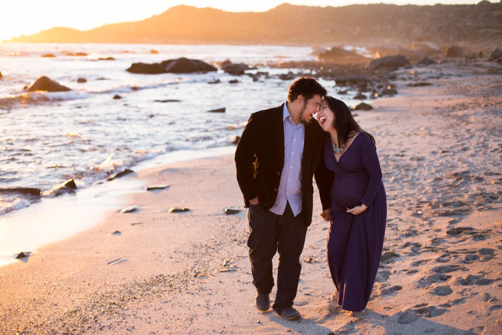 pareja con madre embarazada en la playa