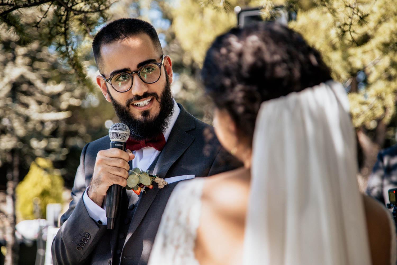 novio viendo a la novia en la boda