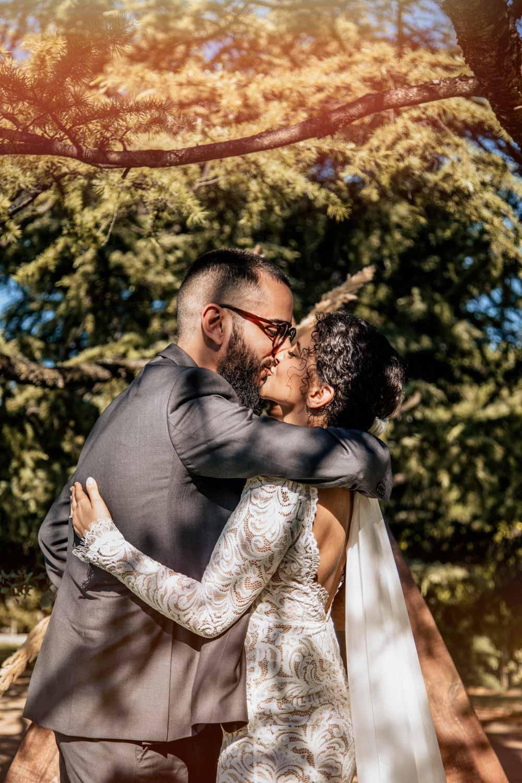 el beso en una boda