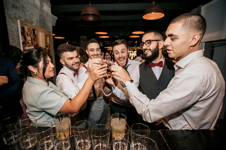 amigos bebiendo en una boda