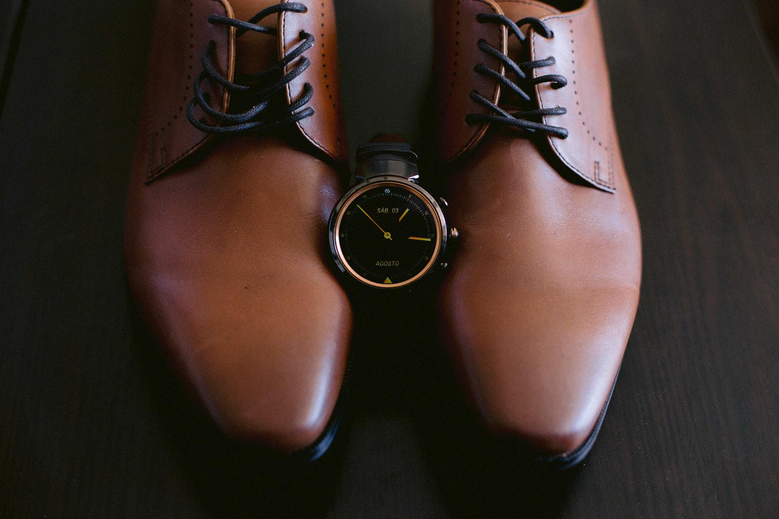 reloj y zapatos de novio