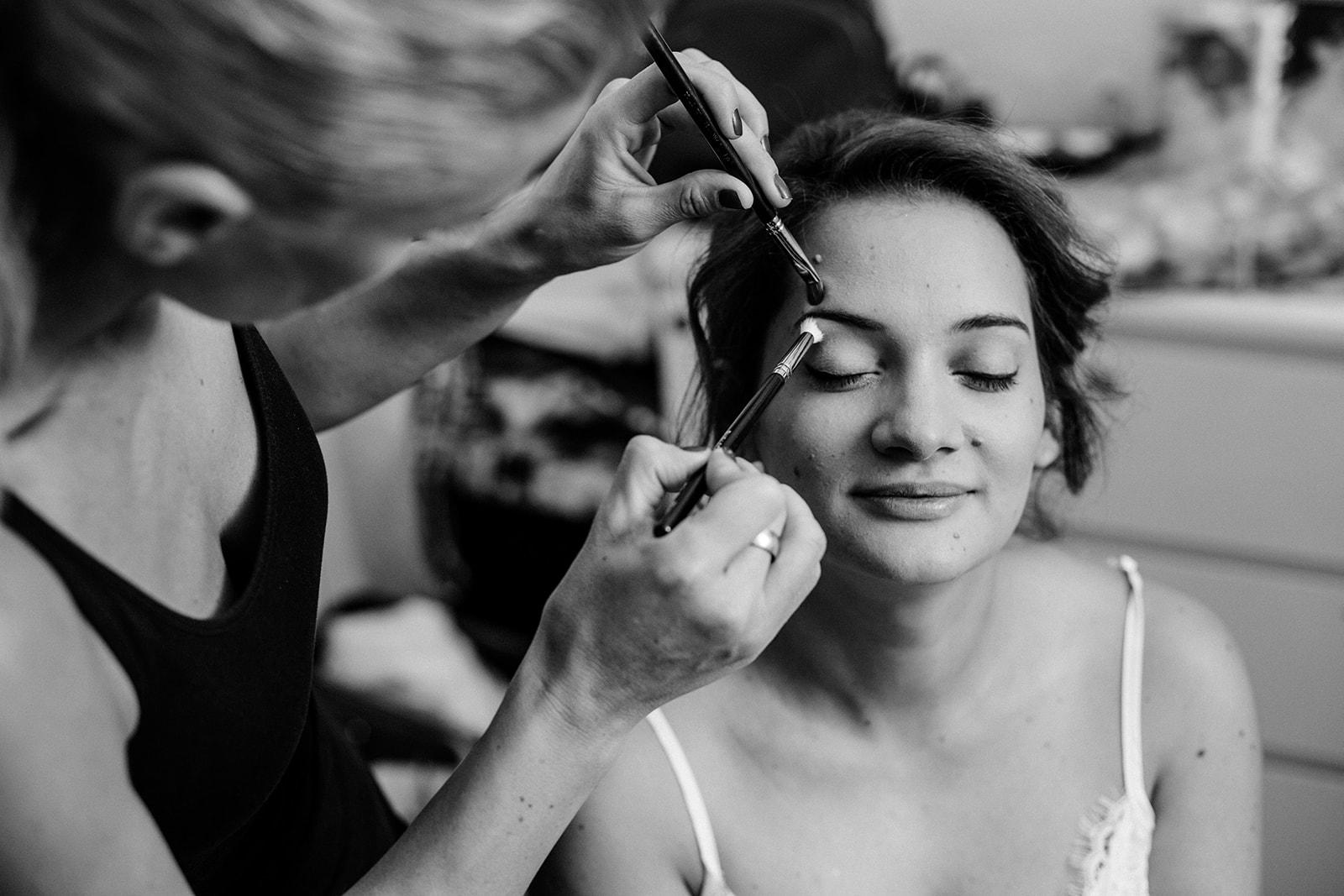 novia maquillandose para la boda