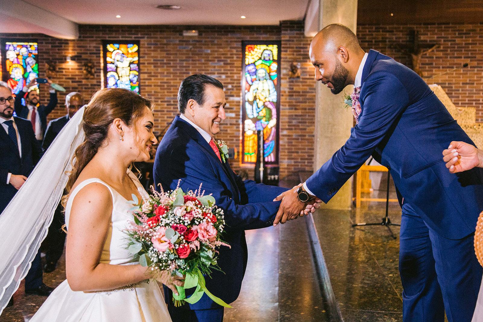 entrada de la novia en Parroquia San Victor