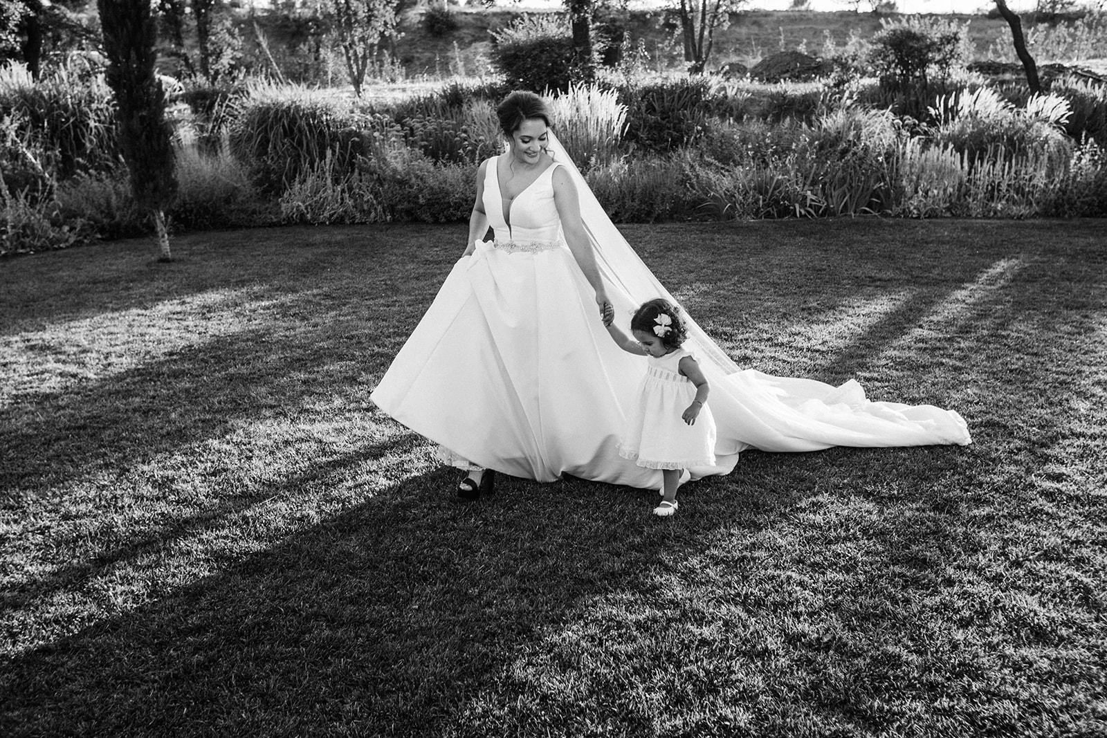novia en la boda con su hija