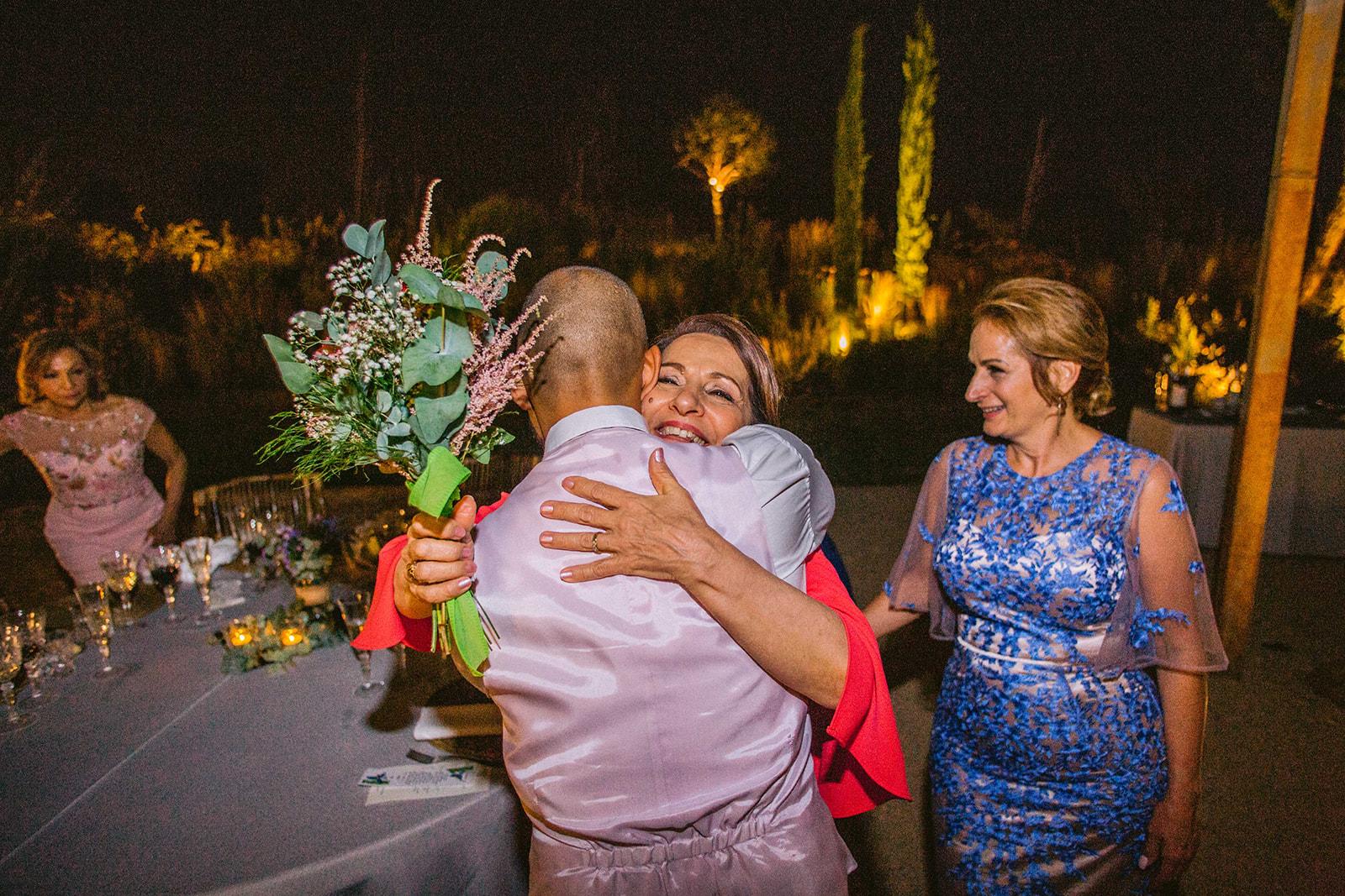 abrazo de mamá en la boda