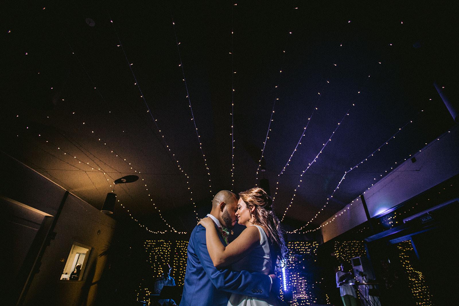 pareja bailando en una boda