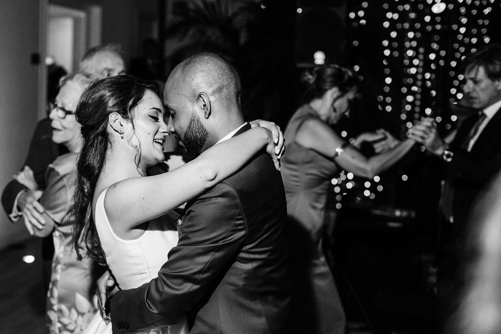 novios bailando en una boda