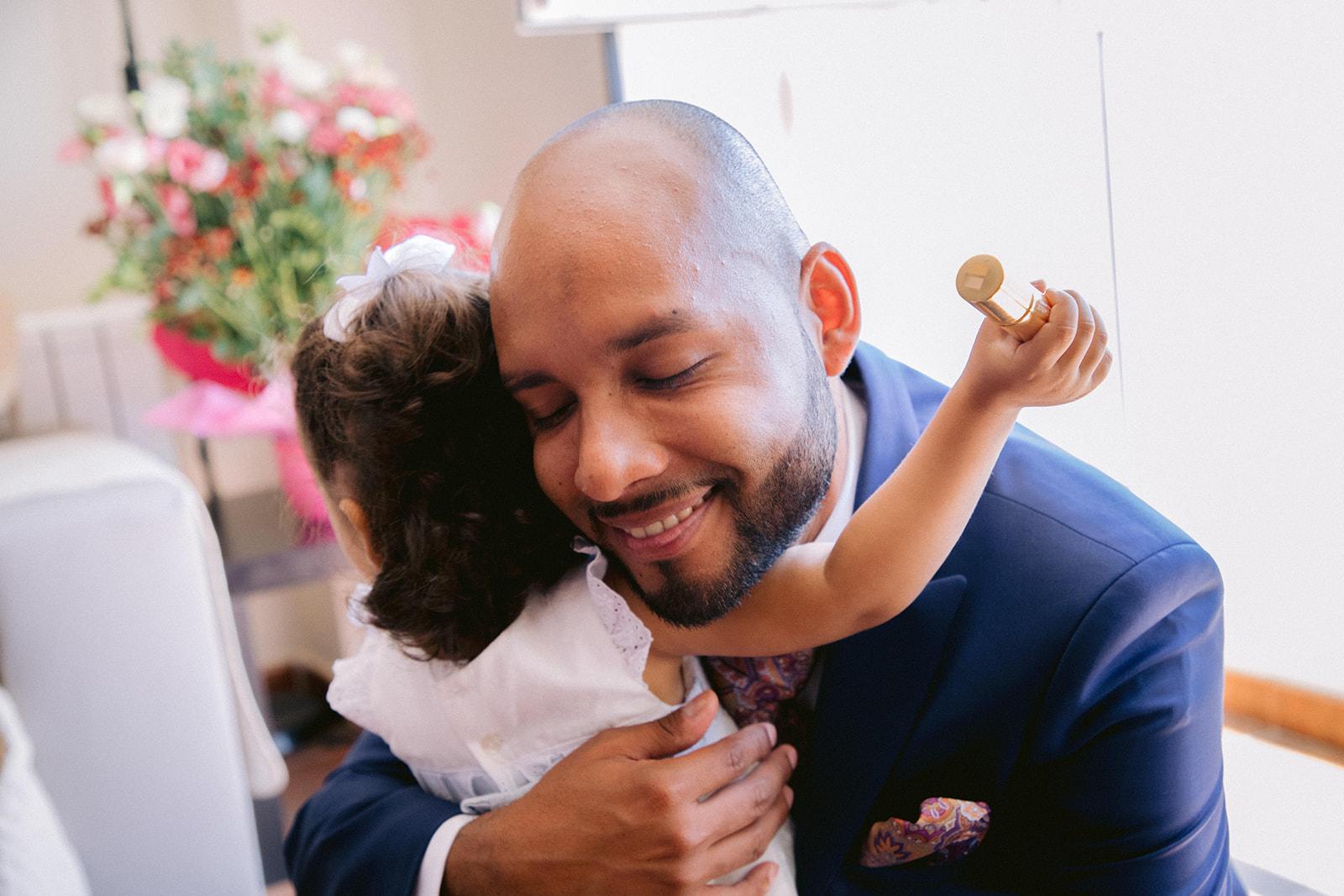 Novio abrazando a su hija antes de la boda