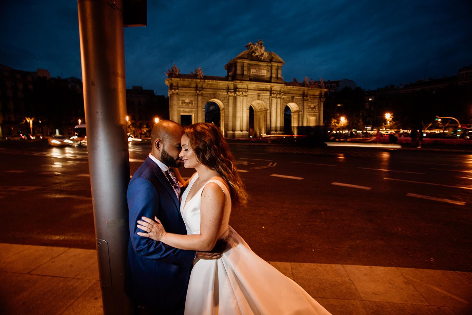 sesión post boda nocturna en Puerta de Alcalá