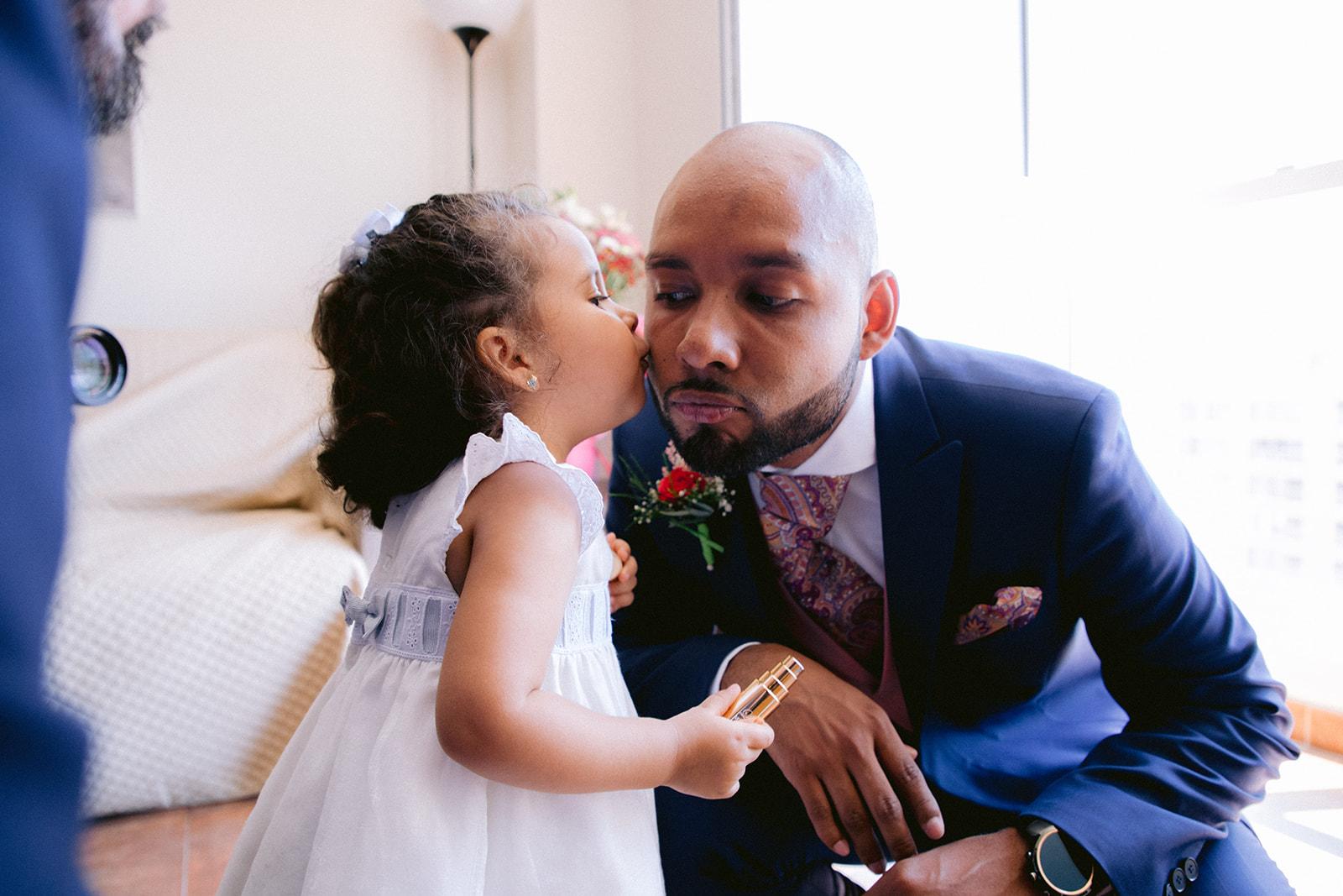 bebe besando a papá antes de la boda