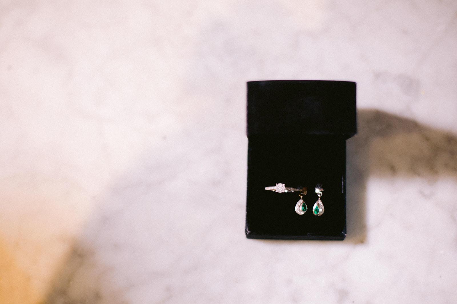 anillo y aretes de boda