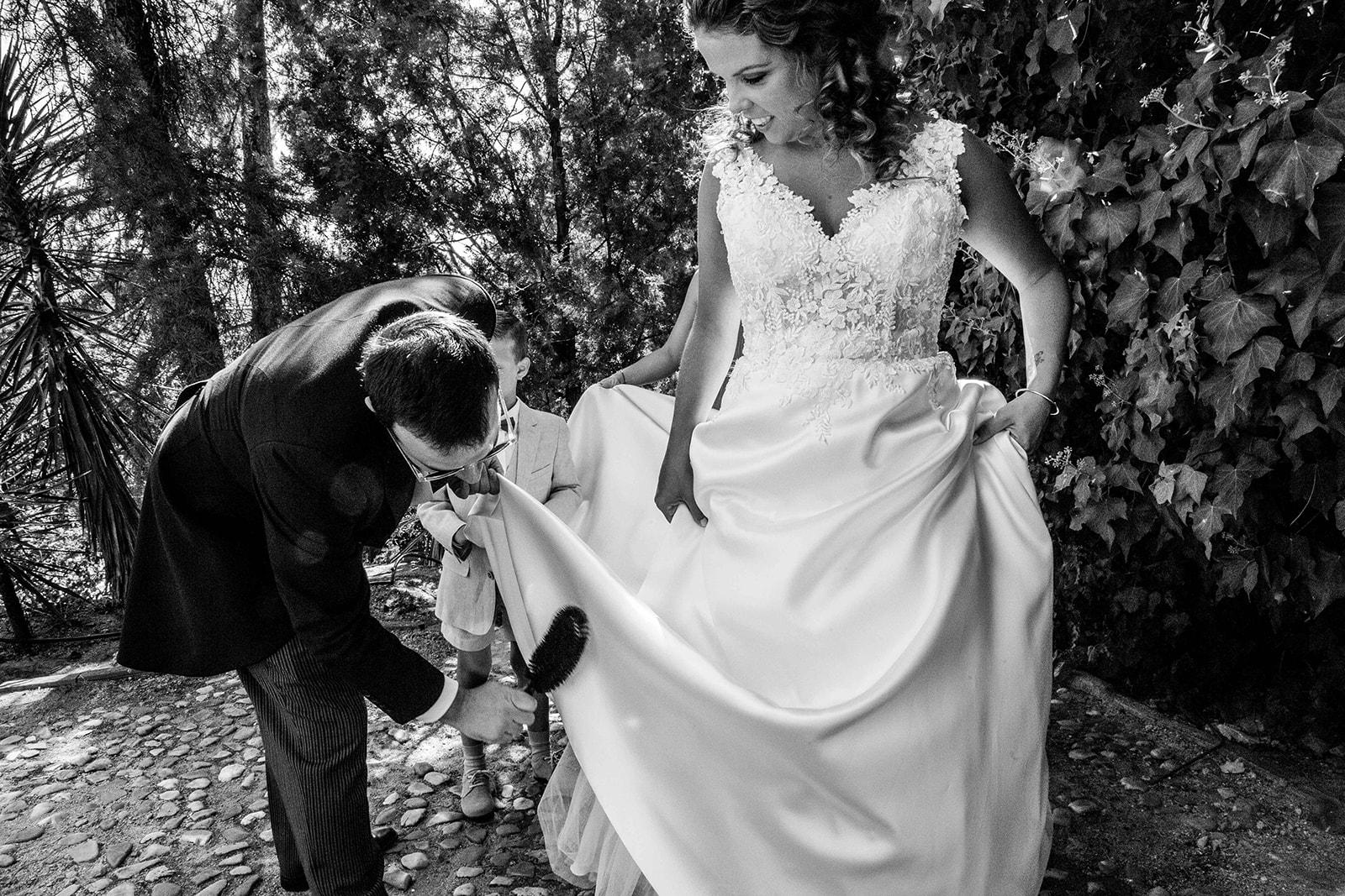 hermano ayudando a su hermana antes de la boda