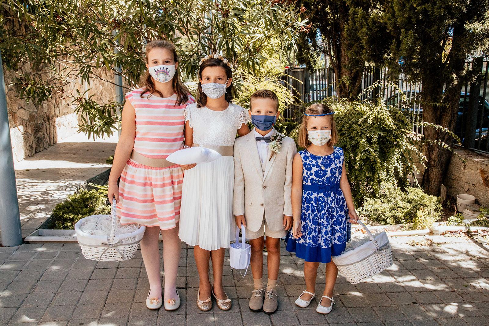 niños en una boda con mascarilla