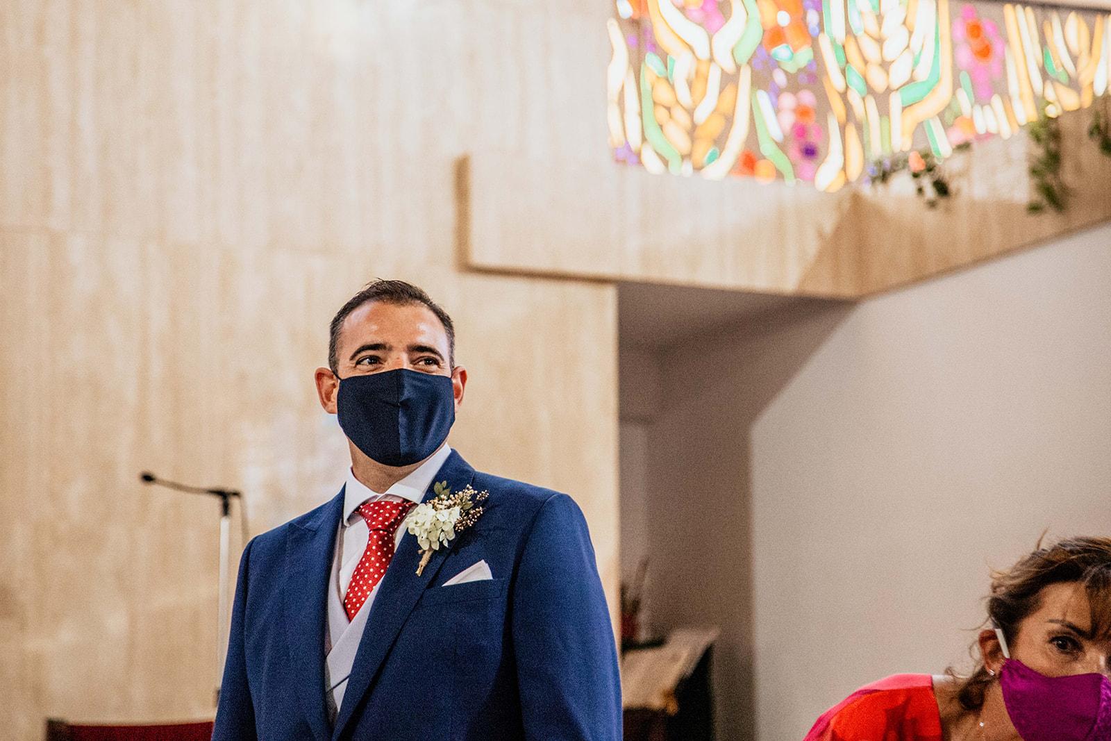 novio viendo a la novia entrando