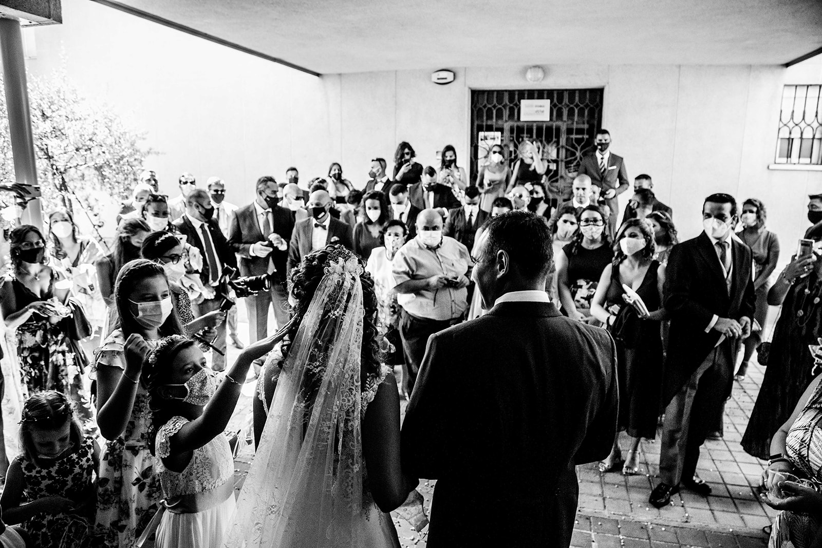 beso en la salida de la boda confeti