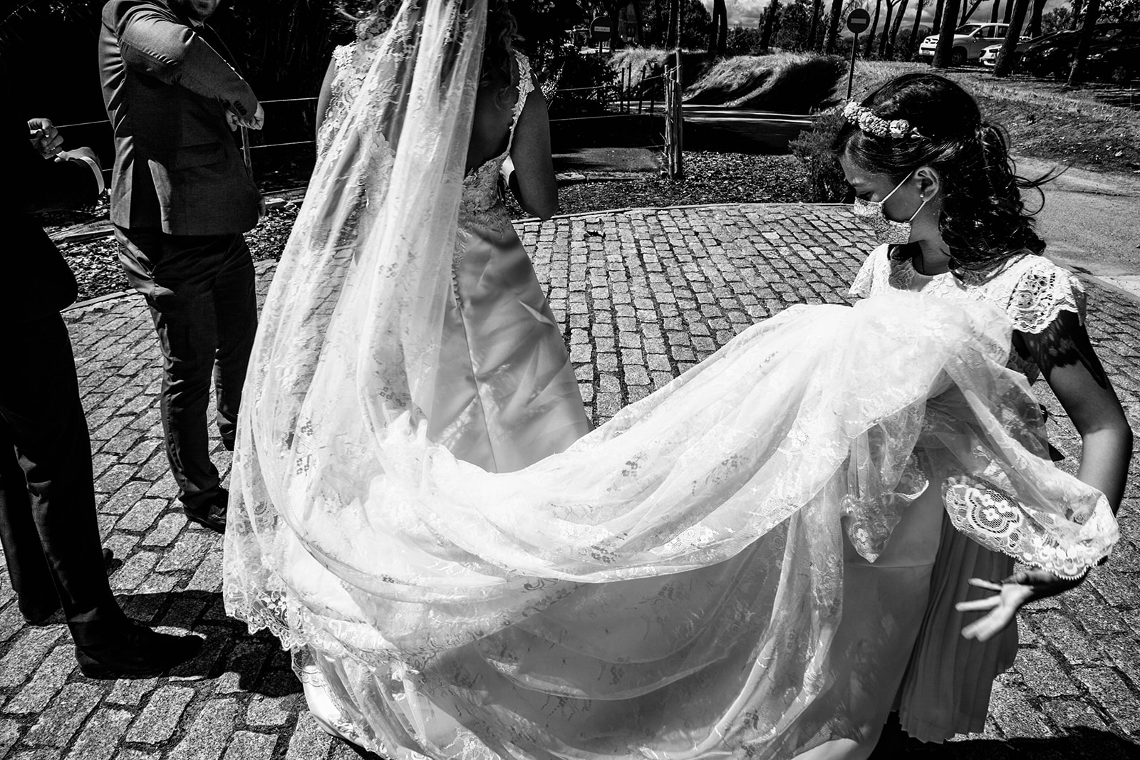 niña ayudando a novia con el velo