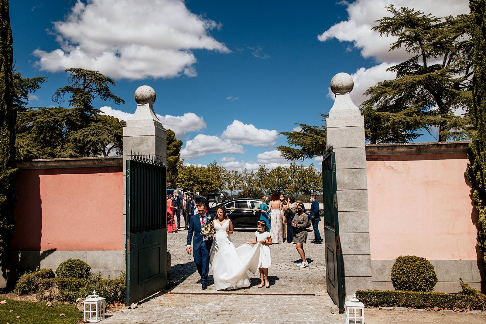 entrada de pareja a Boda en Pabellon de Caza Castillo de Viñuelas Madrid