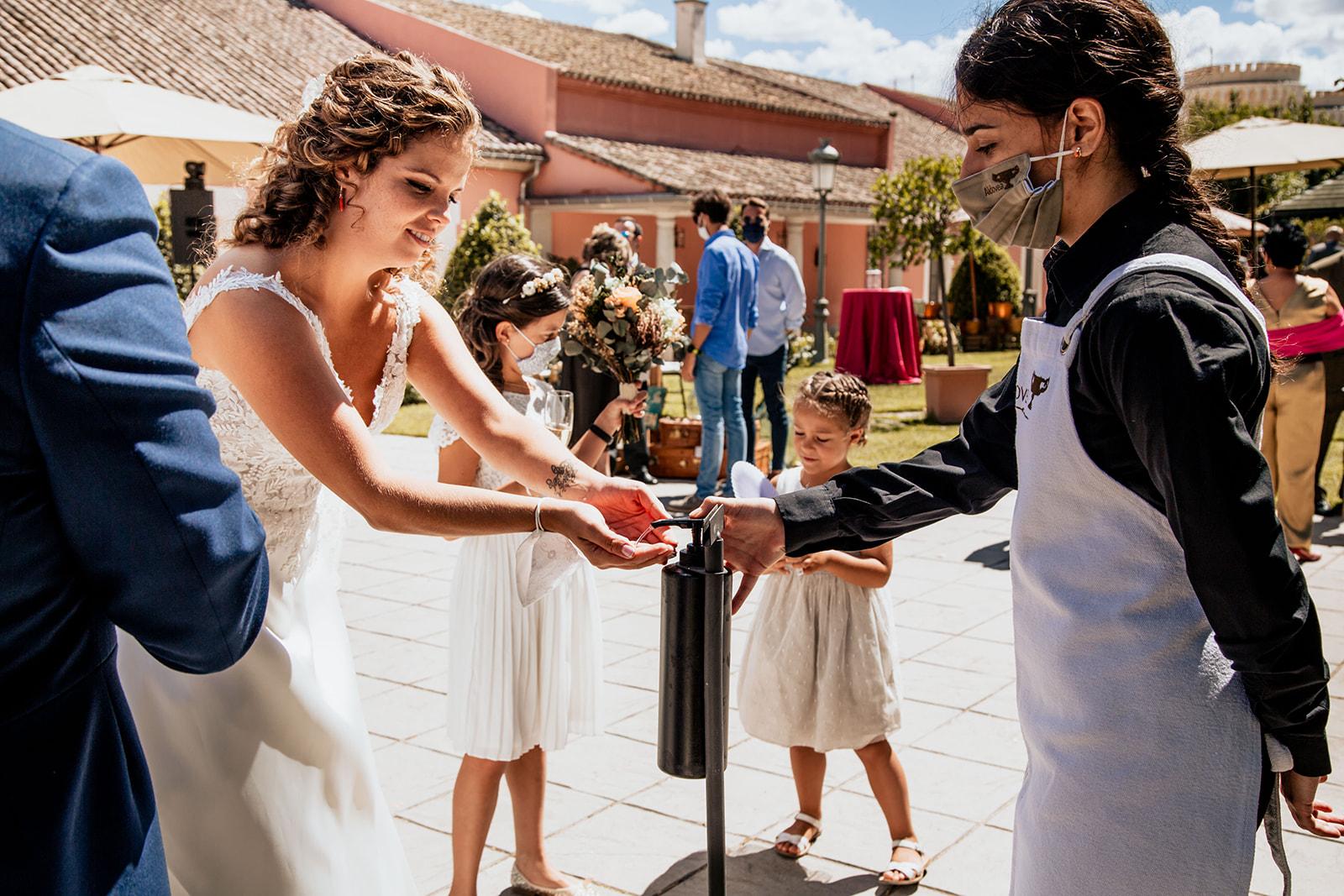 novia lavandose las manos antes de entrar a Boda en Pabellon de Caza Castillo de Viñuelas Madrid