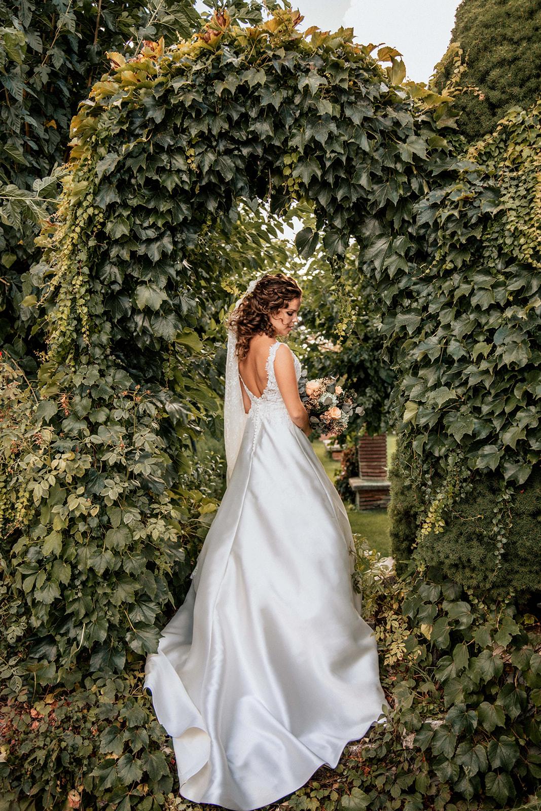 novia con vestido aire barcelona en Boda en Pabellon de Caza Castillo de Viñuelas Madrid