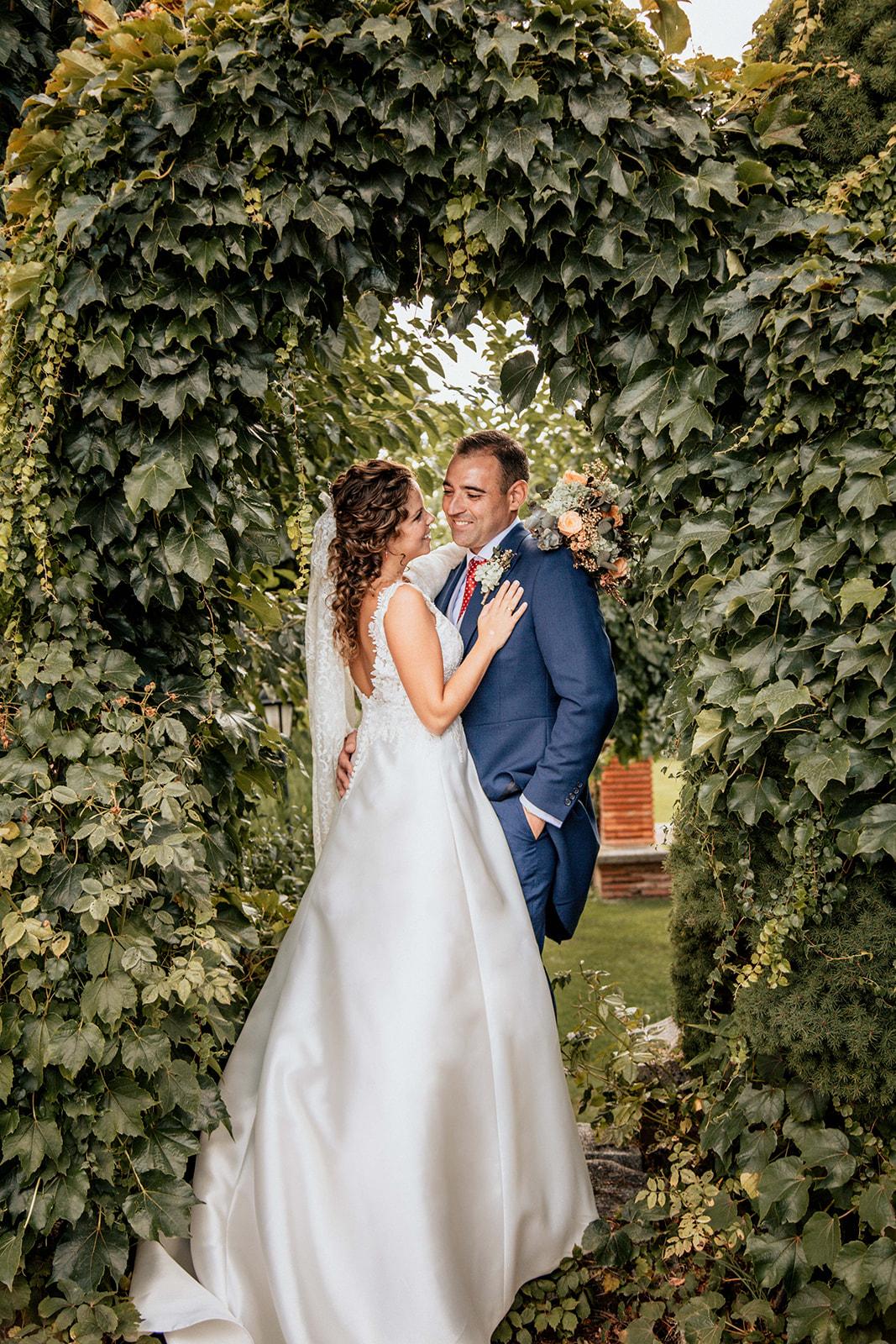 pareja con vestido aire barcelona en Boda en Pabellon de Caza Castillo de Viñuelas Madrid