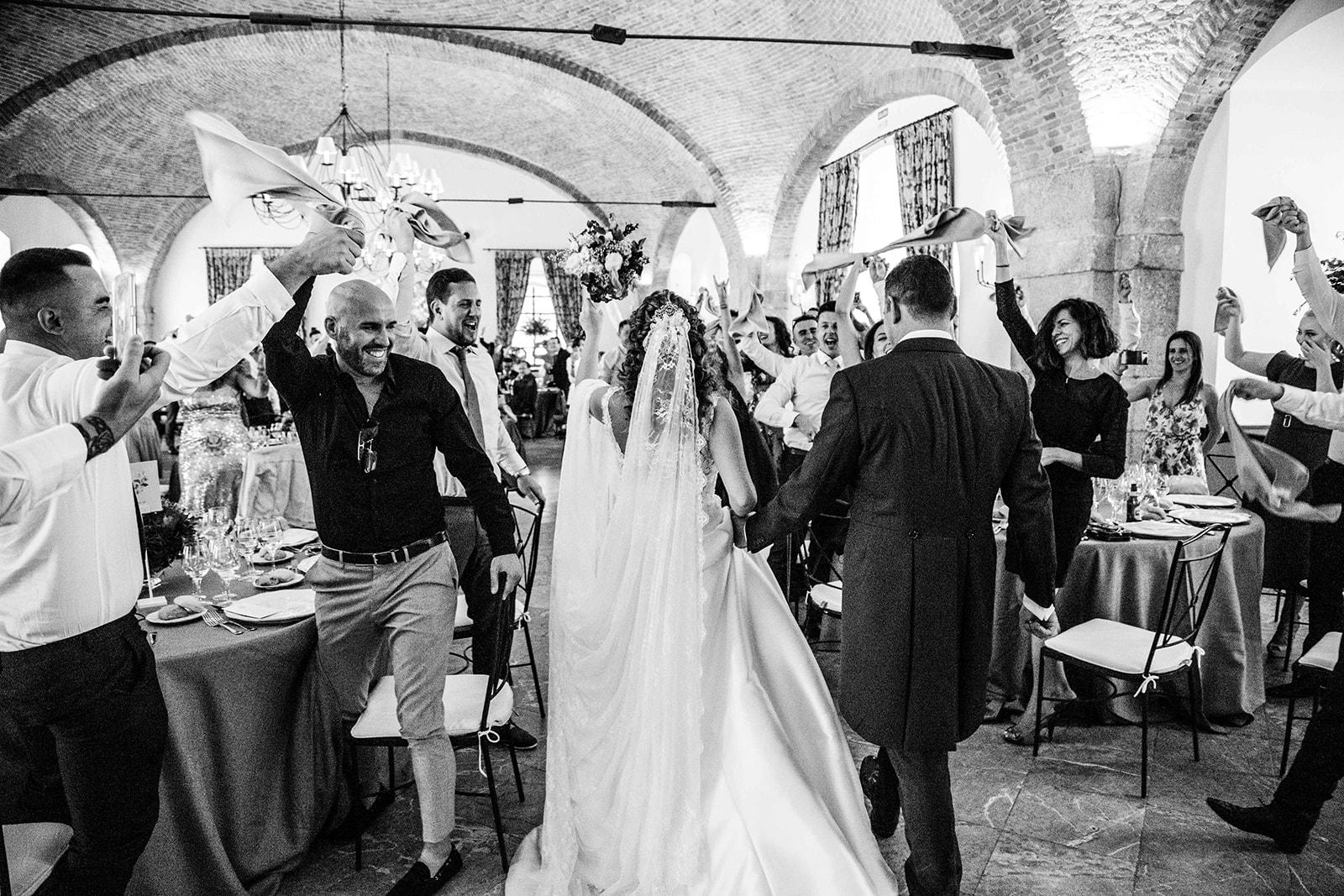 entrada pareja en Boda en Pabellon de Caza Castillo de Viñuelas Madrid