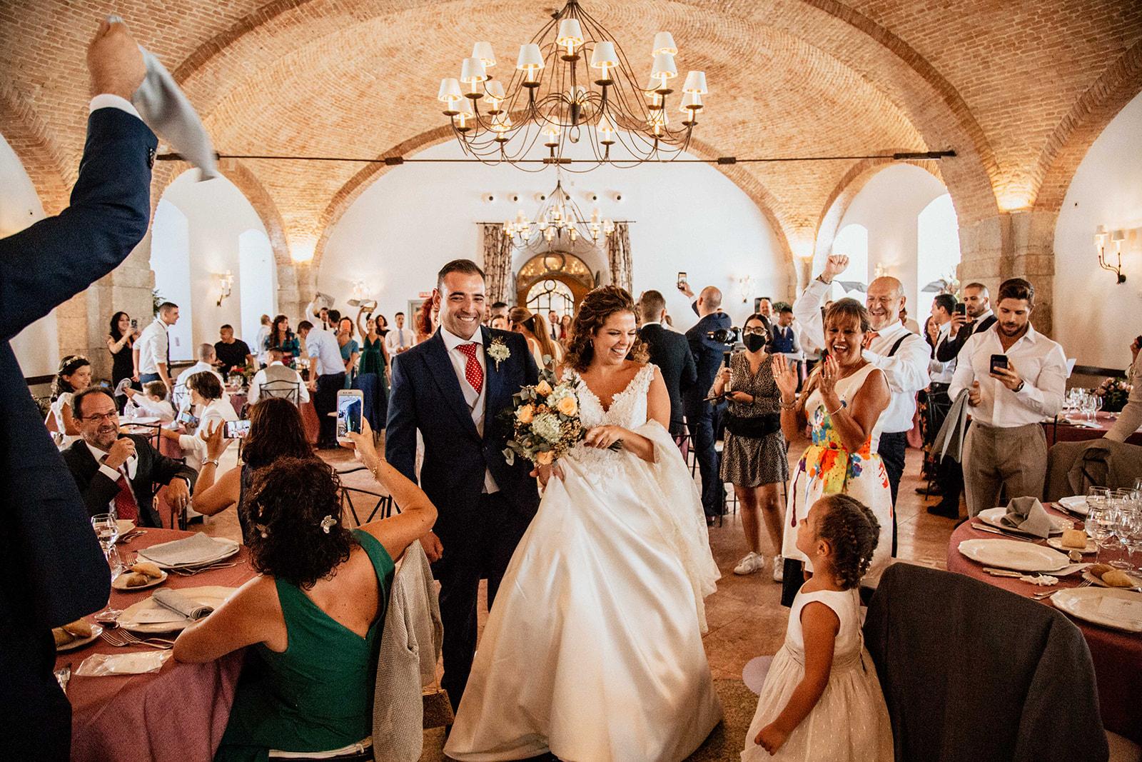 pañuelos al aire con la entrada de la pareja en pareja en Boda en Pabellon de Caza Castillo de Viñuelas Madrid