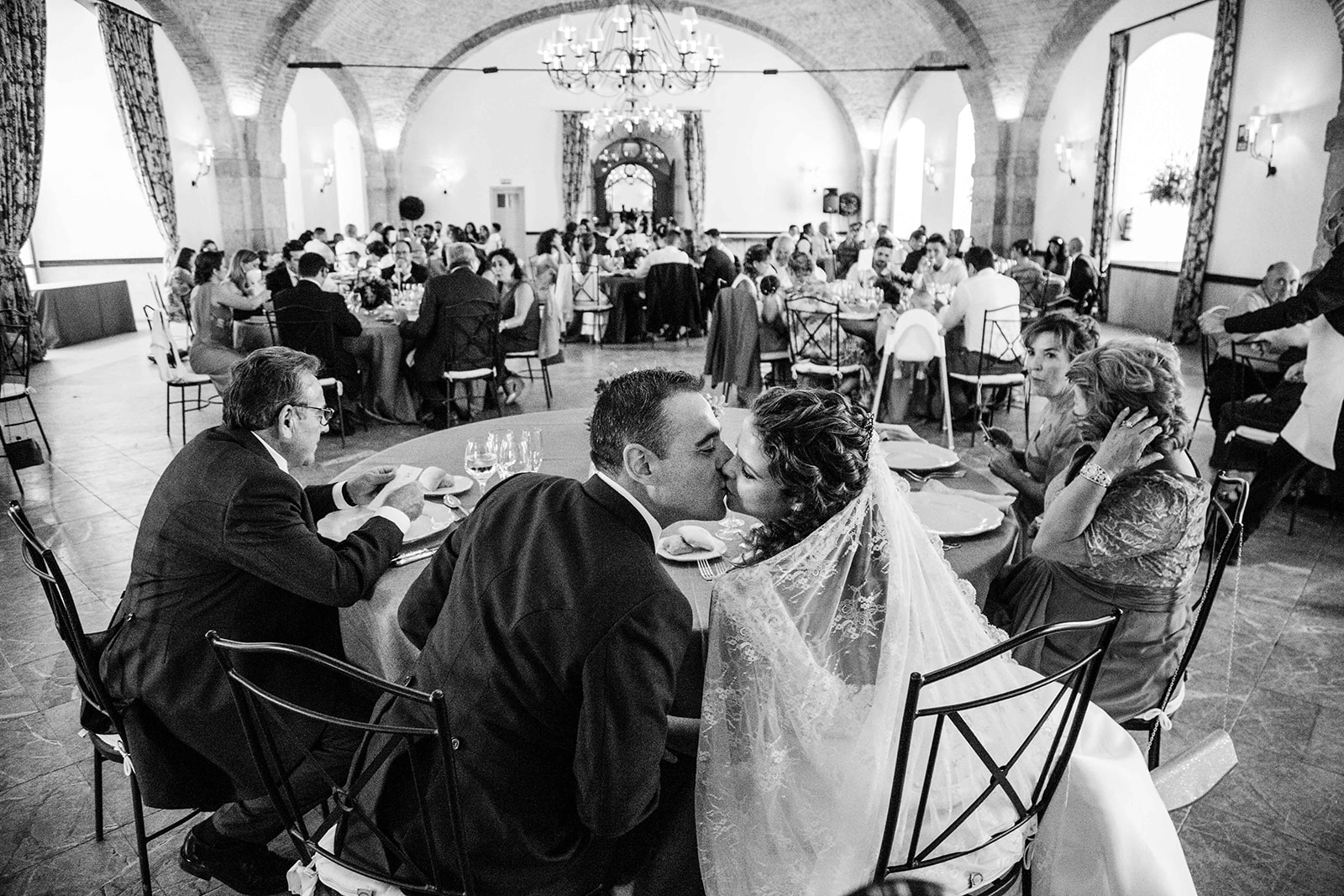 beso de pareja en Boda en Pabellon de Caza Castillo de Viñuelas Madrid