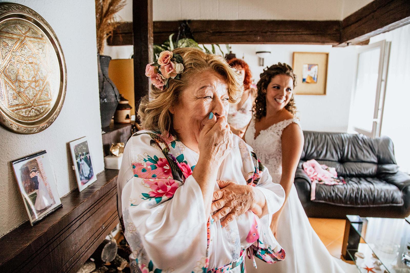 madre riendo antes de la boda