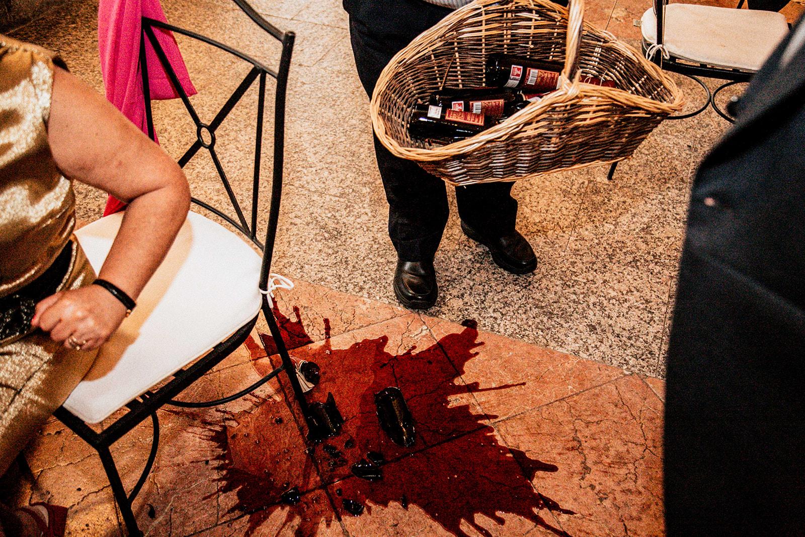 vino roto en el piso