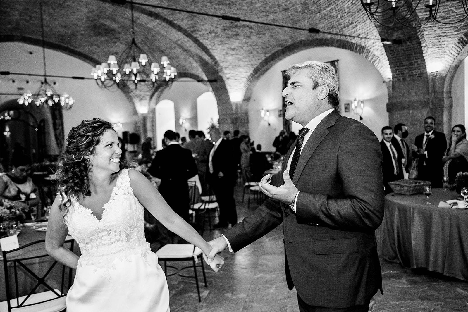 invitado cantando a la novia