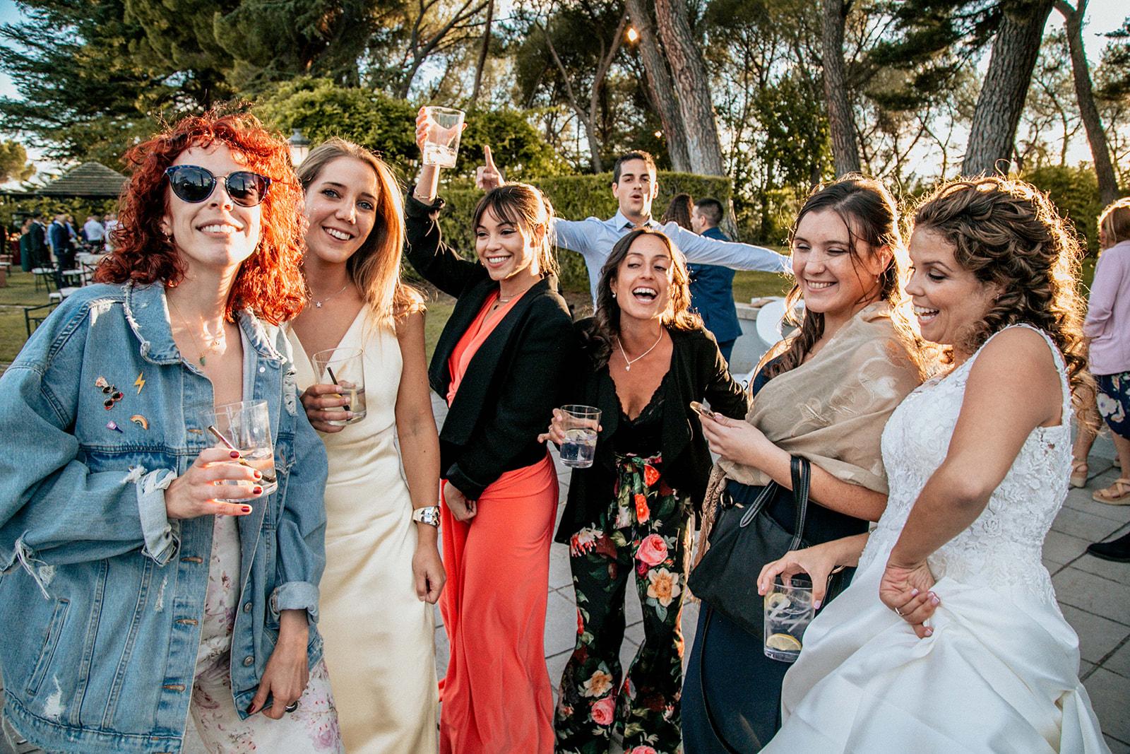 amigos disfrutando en la boda