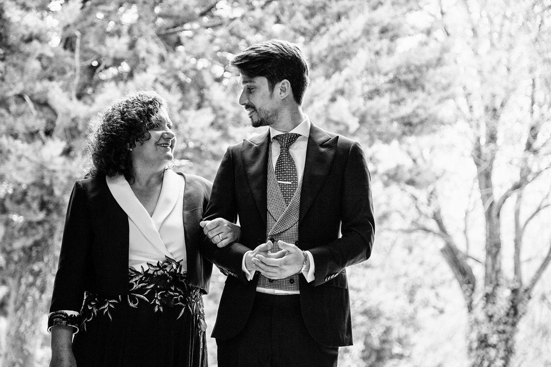 novio y su madre en una boda
