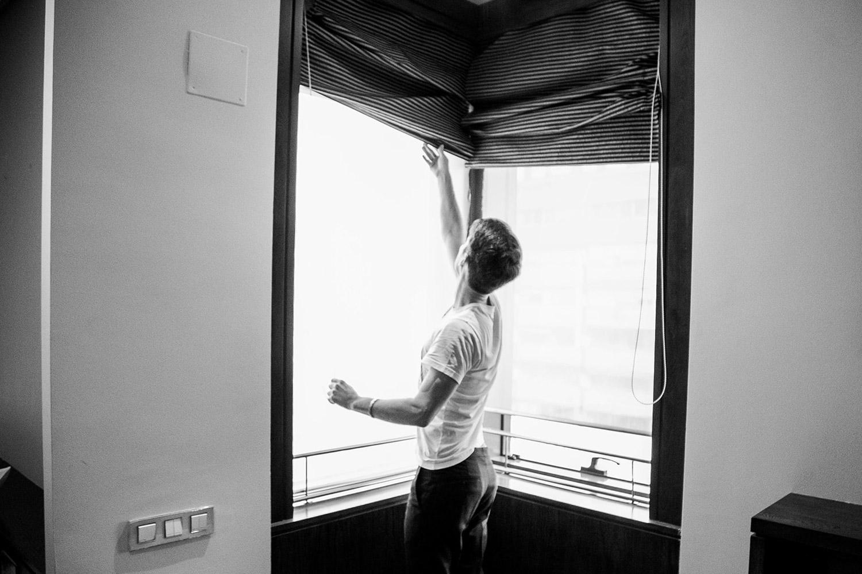 novio subiendo la ventana