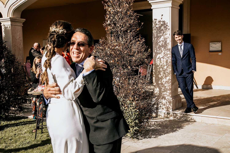el papá y la novia bailando mientras el novio los ve