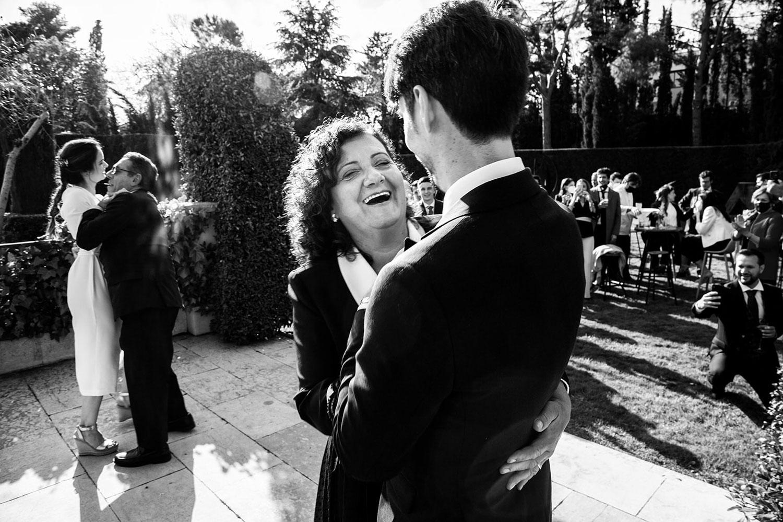 mamá bailando y riendo en una boda