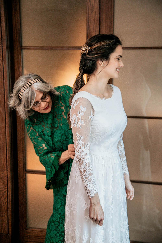 madre vistiendo a su hija en la boda