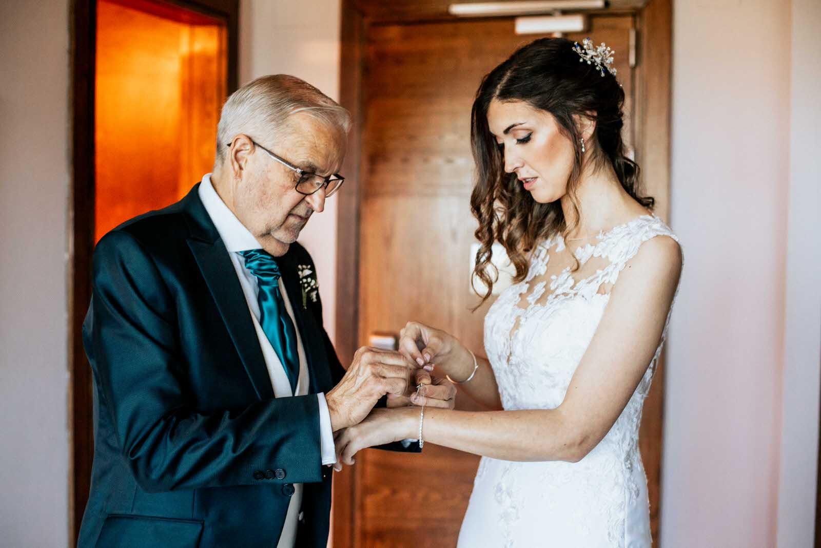 padre ayudando a la novia