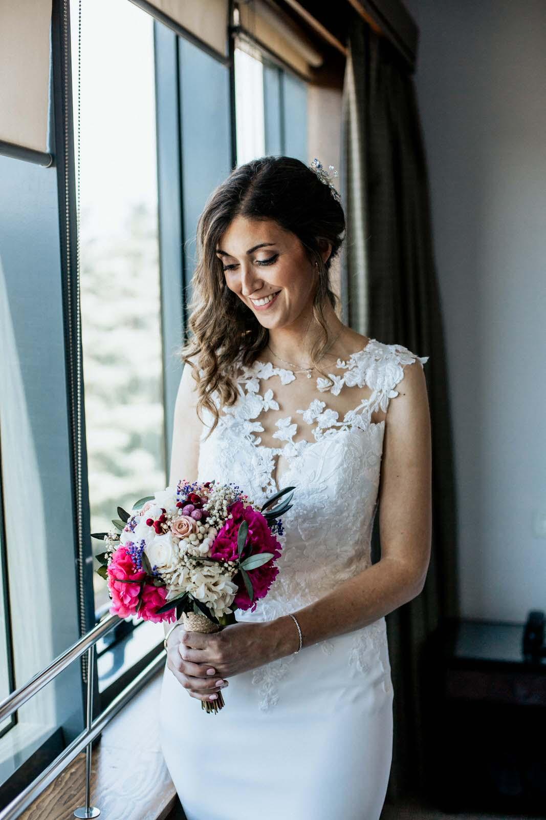 novia en el Hotel Eurostar Suites Mirasierra sosteniendo el bouquet