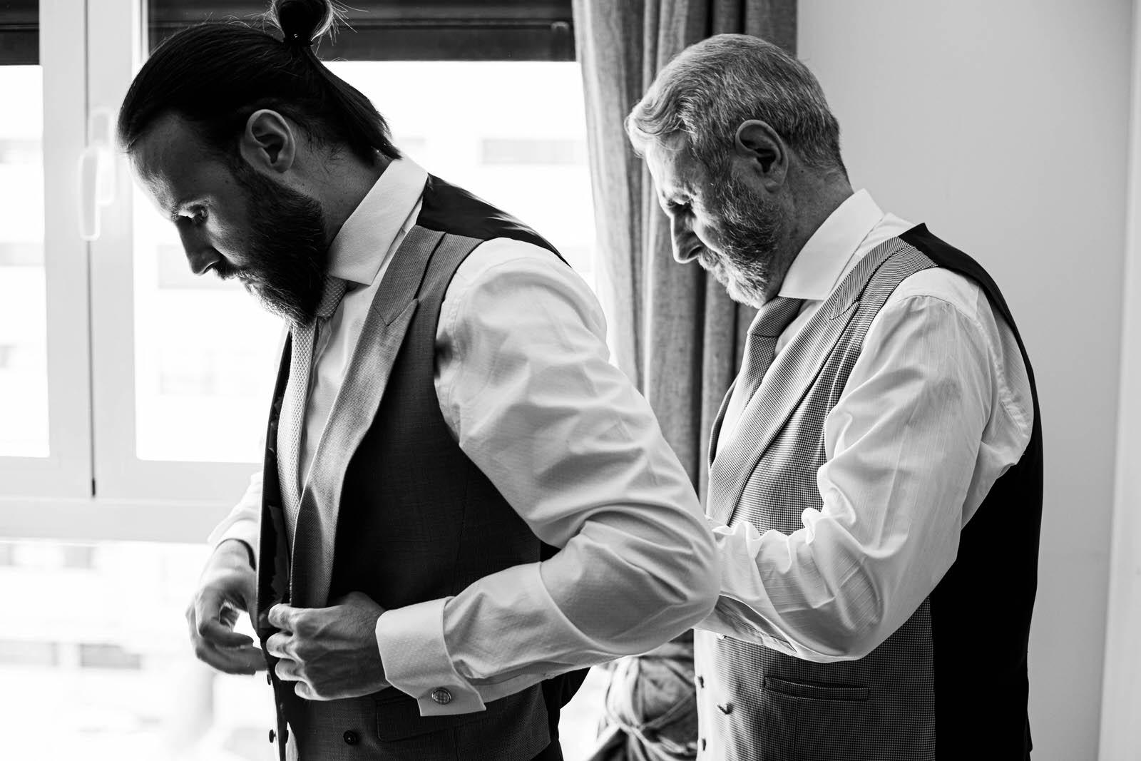 Padre ayudando a su hijo en la boda