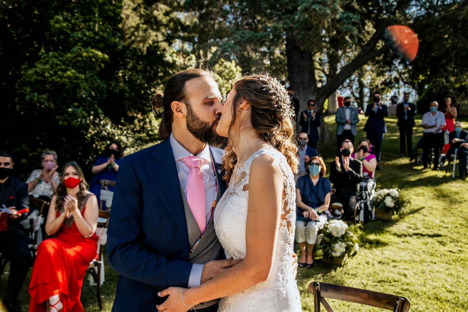 beso de novios en la ceremonia